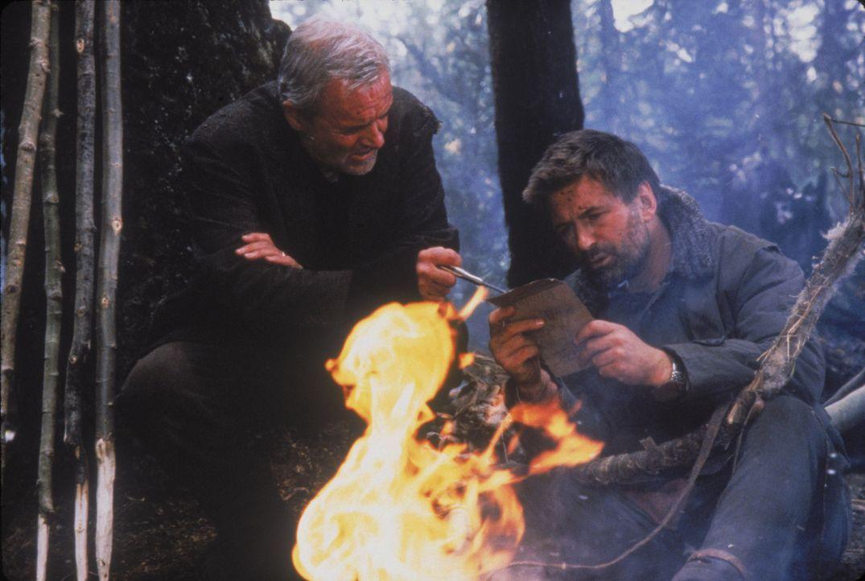 Mit altem Pfadfinderwissen versuchen Charles (Anthony Hopkins, l.) und Robert (Alec Baldwin, r.) nach einem Flugzeugabsturz in der Wildnis Alaskas z... - Bildquelle: kabel eins