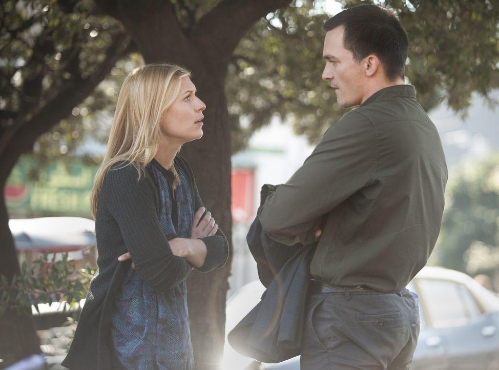Während Carrie (Claire Danes, l.) versucht, die Bestätigung zu bekommen, dass der für tot gehaltene Haqqani noch lebt, observiert Quinn (Rupert Frie... - Bildquelle: Homeland   2014 Twentieth Century Fox Film Corporation