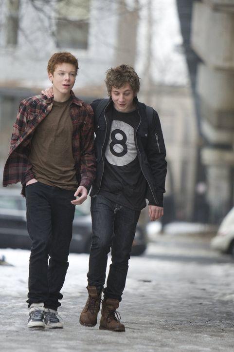 Weil Lip (Jeremy Allen White, r.) nicht glauben kann, dass sein Bruder Ian (Cameron Monaghan, l.) schwul ist, will er etwas testen ... - Bildquelle: 2010 Warner Brothers