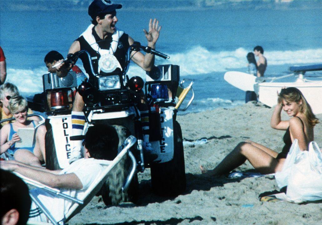 Officer Mahoney (Steve Guttenberg, M.) bevorzugt leicht bekleidete Mädchen ... - Bildquelle: Warner Bros.