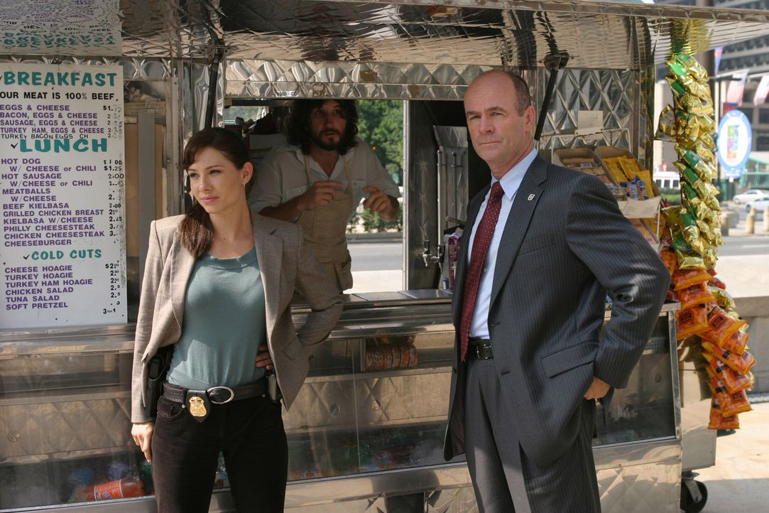 Lt. John Stillman (John Finn, r.) und Josie Sutton (Sarah Brown, l.) gönnen sich eine Pause. - Bildquelle: Warner Bros. Television