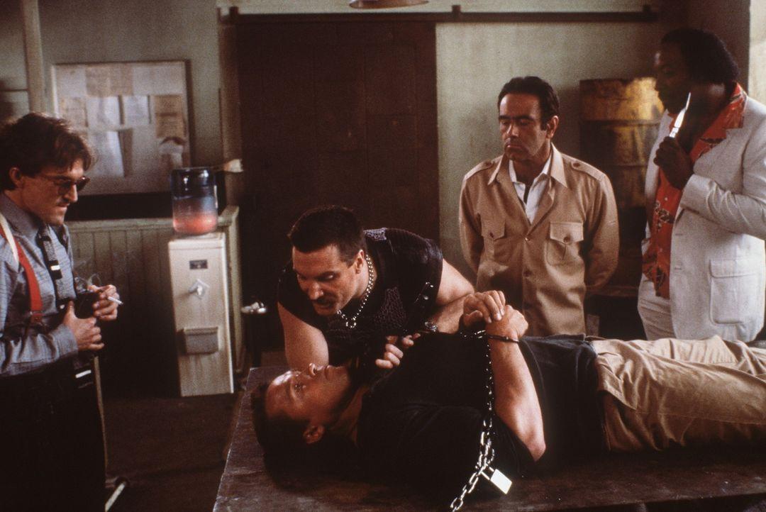 Südamerikanische Terroristen entführen seine Tochter Jenny, um Ex-Geheimagent John Matrix (Arnold Schwarzenegger, M.) zu zwingen, ein demokratisch... - Bildquelle: 20th Century Fox Film Corporation