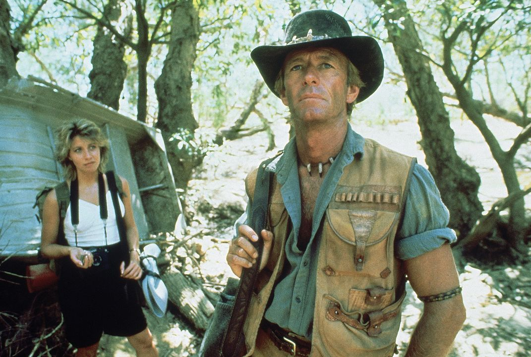 Als Mick (Paul Hogan, r.) die New Yorkerin Sue (Linda Kozlowski, l.) mit den Schönheiten des australischen Buschs vertraut macht, darf er sie neben... - Bildquelle: Paramount Pictures