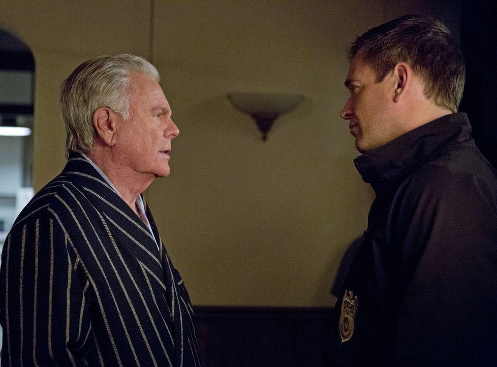 Geraten aneinander: Tony (Michael Weatherly, r.) und sein Vater (Robert Wagner, l.) ... - Bildquelle: Cliff Lipson CBS Television