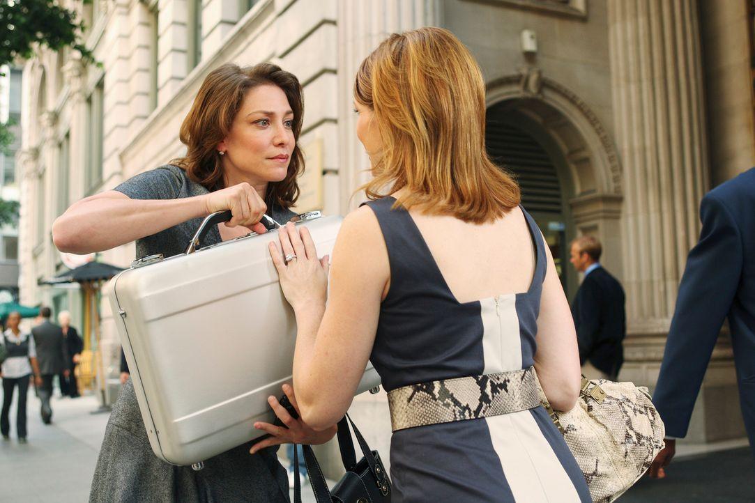 Elise Finnegan (Kathleen Rose Perkins, r.) übergibt Sue Vaughn (Jennifer Riker, l.) einen Geldkoffer im Glauben, dass sie diesen ihrem Verlobten aus... - Bildquelle: ABC Studios