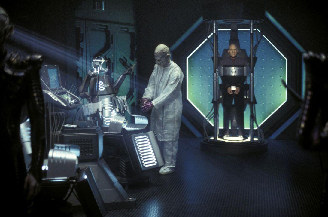 Shinzon (Tom Hardy, ganz l.) beobachtet remanische Wissenschaftler dabei, wie sie die letzte Operation vorbereiten, die Shinzons Leben noch retten k... - Bildquelle: Paramount Pictures