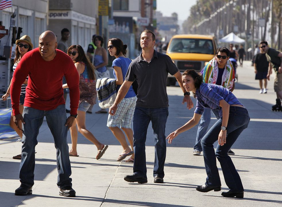 Callen (Chris O'Donnell, M.), Sam (LL Cool J, l.) und Kensi (Daniela Ruah, r.) ermitteln in einem neuen Fall ... - Bildquelle: CBS Studios Inc. All Rights Reserved.