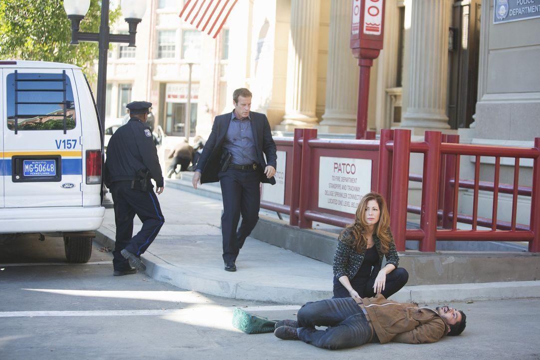 Dr. Megan Hunt (Dana Delany, vorne) wartet auf Hilfe für ein Opfer. Kann Detective Tommy Sulivan (Mark Valley, hinten r.) etwas für den Mann, der sc... - Bildquelle: 2013 American Broadcasting Companies, Inc. All rights reserved.
