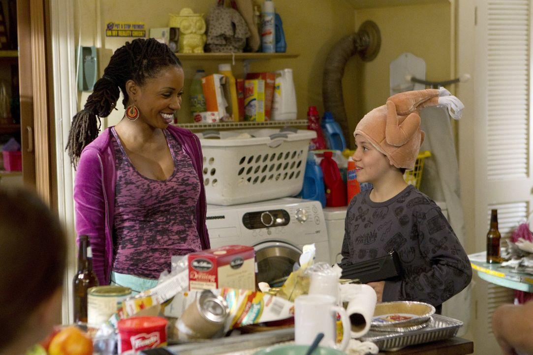 Alle helfen mit, um bei den begrenzten Mitteln ein möglich umfangreiches Thanksgiving-Mahl auf die Beine zu stellen: Veronica (Shanola Hampton, l.)... - Bildquelle: 2010 Warner Brothers