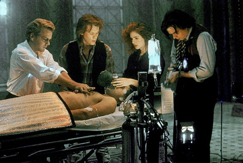 Nelson (Kiefer Sutherland, l.), Labraccio (Kevin Bacon, 2.v.l.), Rachel (Julia Roberts, 2.v.r.) und Randy (Oliver Platt, r.) überwachen Joes (Willi... - Bildquelle: Columbia Pictures