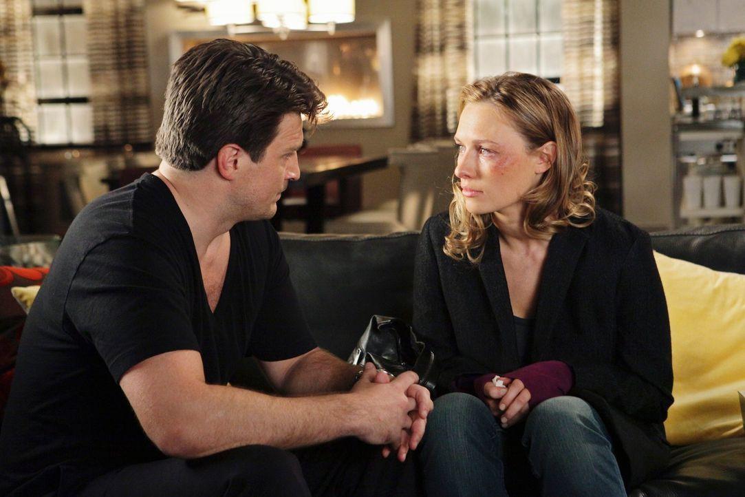 Das hübsche Callgirl Scarlett Price (Michaela McManus, r.) sucht Zuflucht bei Richard Castle (Nathan Fillion, r.). - Bildquelle: ABC Studios