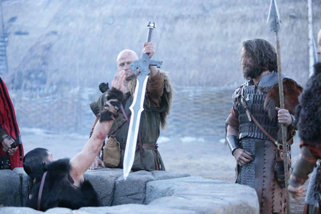 Eine kleine Gruppe Wikinger macht sich auf den Weg, um das grauenvolle Monster zu töten. Kainan (James Caviezel, l.) macht sich daran, aus dem Mate... - Bildquelle: Telepool