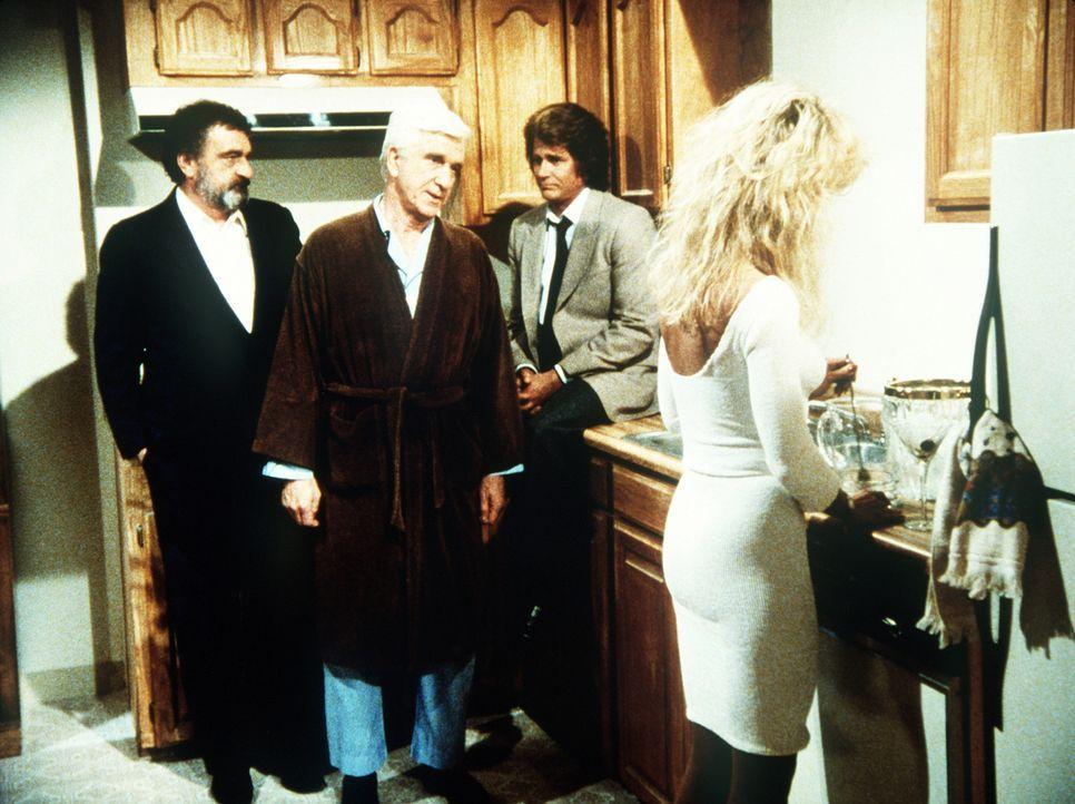 """Für alle Lebenden unsichtbar, muss der """"tote"""" Benson (Leslie Nielsen, 2.v.l.) erfahren, dass seine Freundin ihm niemals treu war und über seinen T... - Bildquelle: Worldvision Enterprises, Inc."""