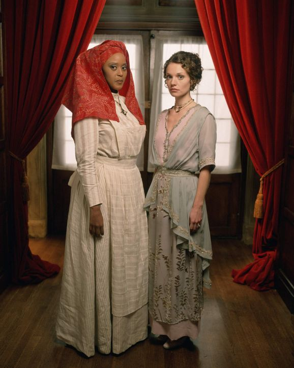 Unheimliche Geschehnisse spielen sich auf dem Landsitz Rose Red ab. Ellen Rimbauer (Lisa Brenner, r.) und Sukeena (Tsidii LeLoka, l.) versuchen der... - Bildquelle: American Broadcasting Company (ABC)