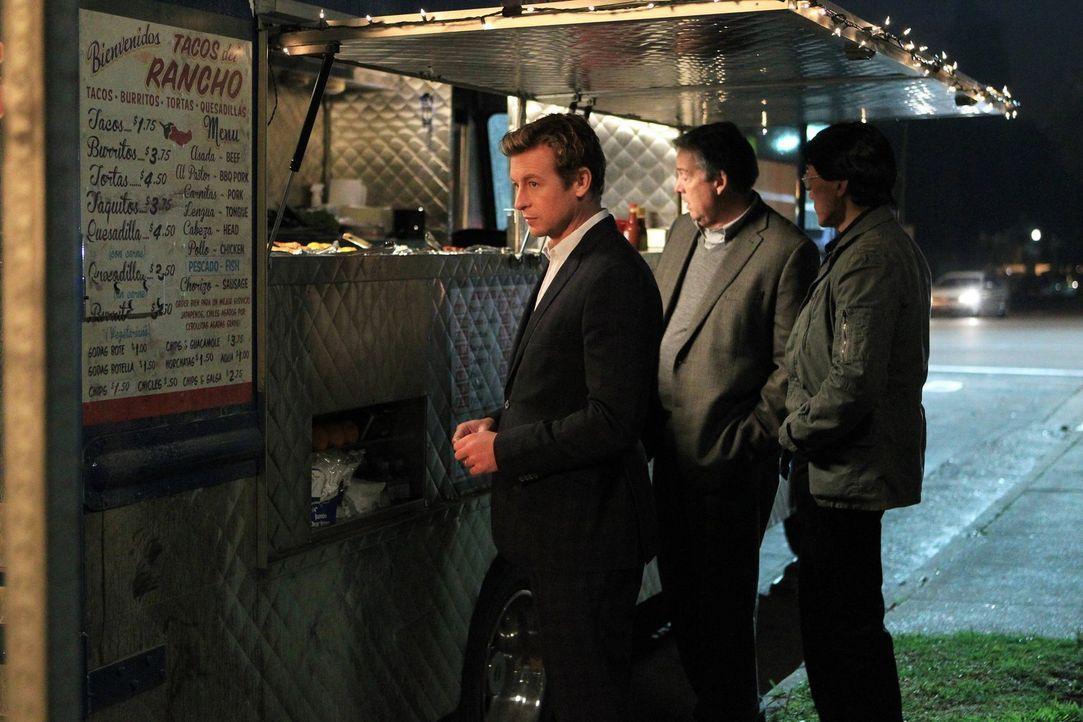 Patrick (Simon Baker, l.) beginnt mit den Ermittlungen, als die Leiche einer Armeesanitäterin gefunden wird ... - Bildquelle: Warner Bros. Television