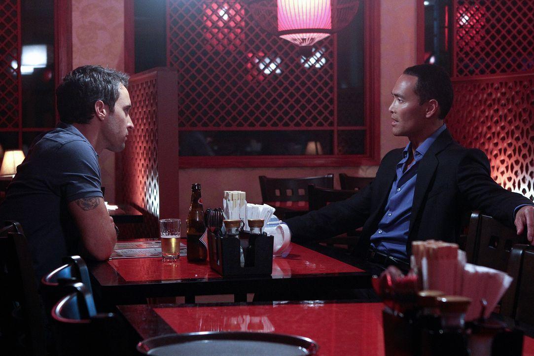 Gemeinsam wollen Steve (Alex O'Loughlin, l.) und Kaye gegen Wo Fat (Mark Dacascos, r.) ermitteln, doch er hat die beiden ebenfalls im Visier und tau... - Bildquelle: 2011 CBS BROADCASTING INC.  All Rights Reserved.