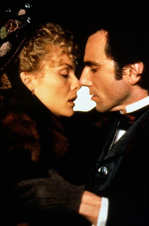 Die Ankunft seiner unkonventionellen Cousine Ellen Olenska (Michelle Pfeiffer, l.) wirft den jungen Anwalt Newland Archer (Daniel Day-Lewis, r.) vö... - Bildquelle: Columbia Pictures
