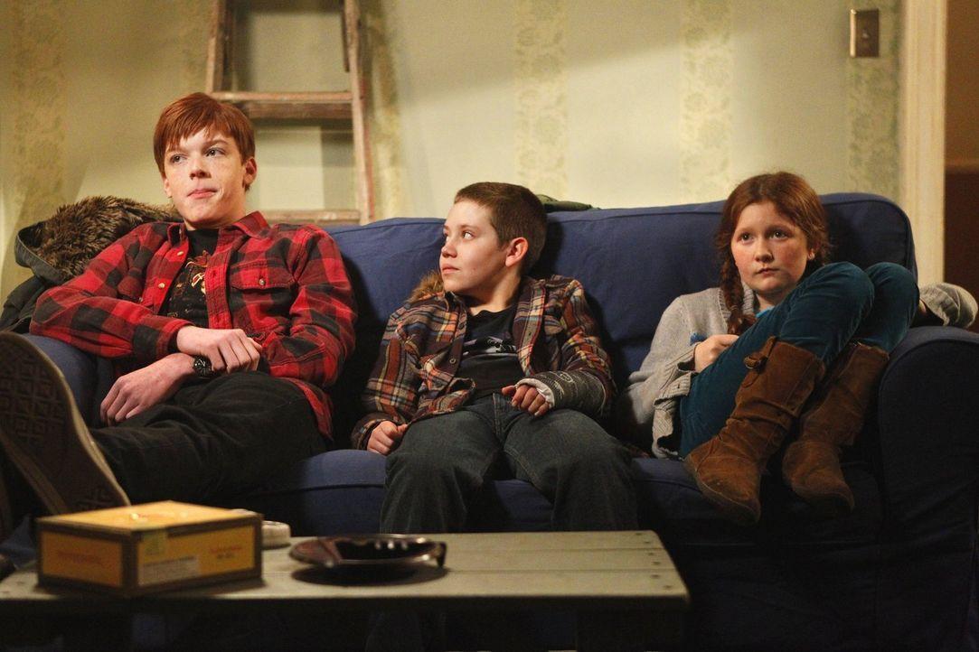 Krisensitzung in Fionas neuem Haus: Ian (Cameron Monaghan, l.), Carl (Ethan Cutkosky, M.) und Debbie (Emma Kenney, r.) ... - Bildquelle: 2010 Warner Brothers