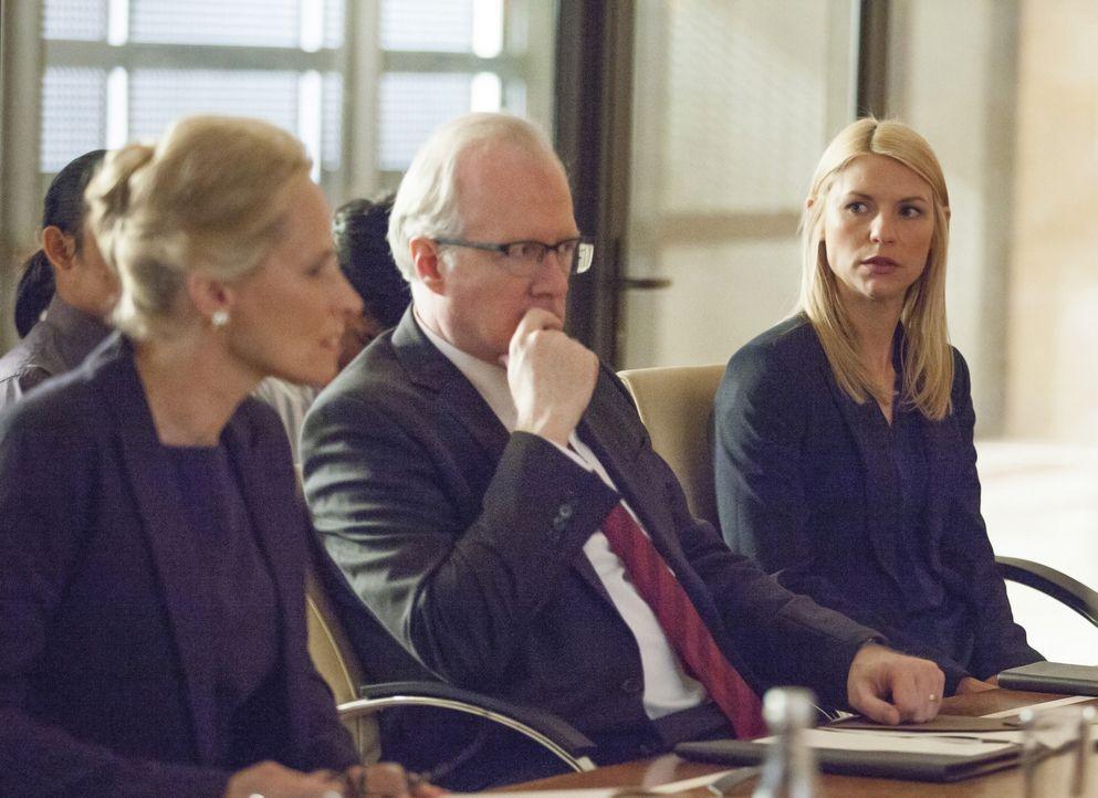 Während Lockhart (Tracy Letts, M.) und Martha Boyd (Laila Robins, l.) versuchen, Haqqani noch etwas hinzuhalten, organisiert Carrie (Claire Danes, r... - Bildquelle: Homeland   2014 Twentieth Century Fox Film Corporation