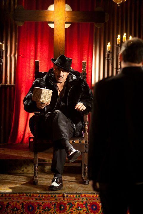 Unglücklicherweise steckt Neal Bannen bei Gangsterboss Sonny (Ski Carr) tief in der Kreide ... - Bildquelle: 2009, 2010 Colton Productions, Inc. All Rights Reserved. Asset
