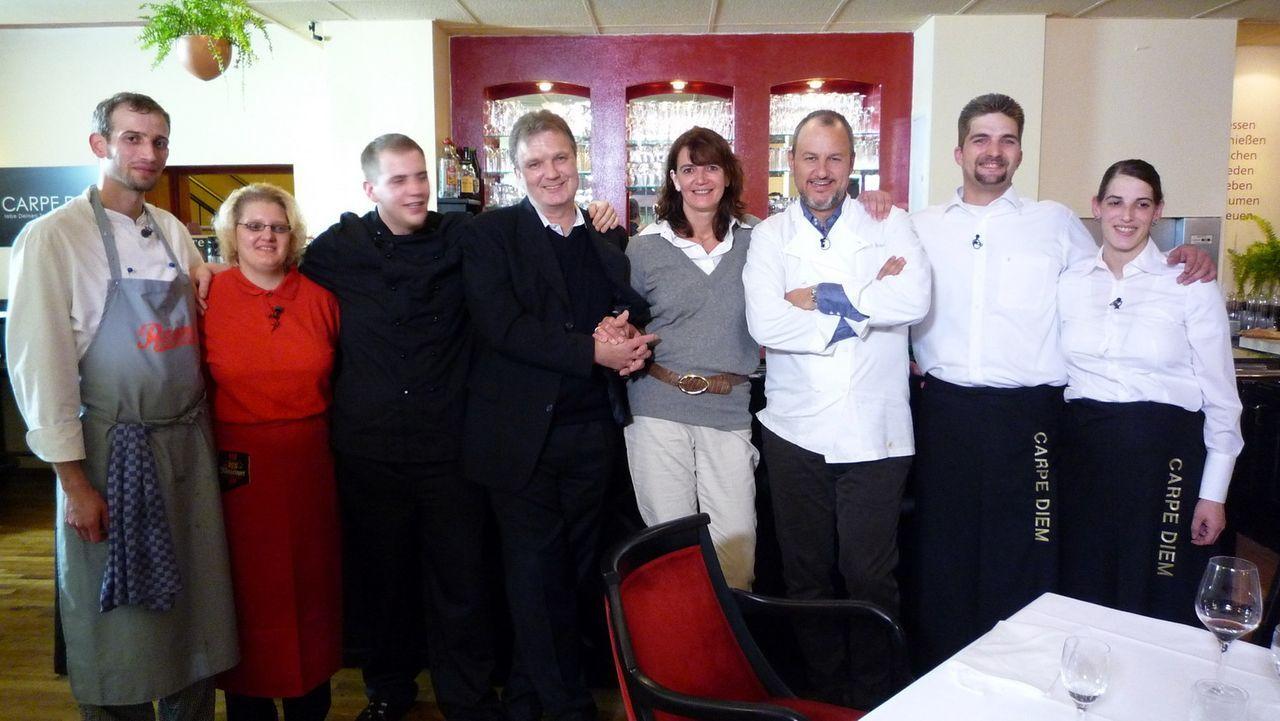 """Das gesamte Team des italienischen Restaurants """"Carpe Diem""""mit Frank Rosin (3.v.r.): (v. l.n.r.) Cay, Meike, William genannt """"Bill"""", Carsten, Ute, F... - Bildquelle: kabel eins"""