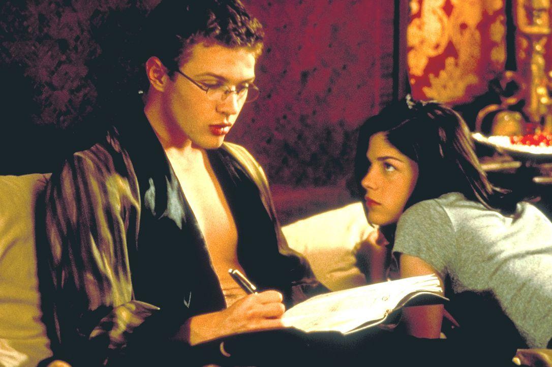 Obwohl Sebastian (Ryan Phillippe, l.) hart daran arbeitet, Annettes Unschuld zu knacken, kann er Cecile (Selma Blair, r.) so nebenbei in die Geheimn... - Bildquelle: Kinowelt Filmverleih GmbH 1998