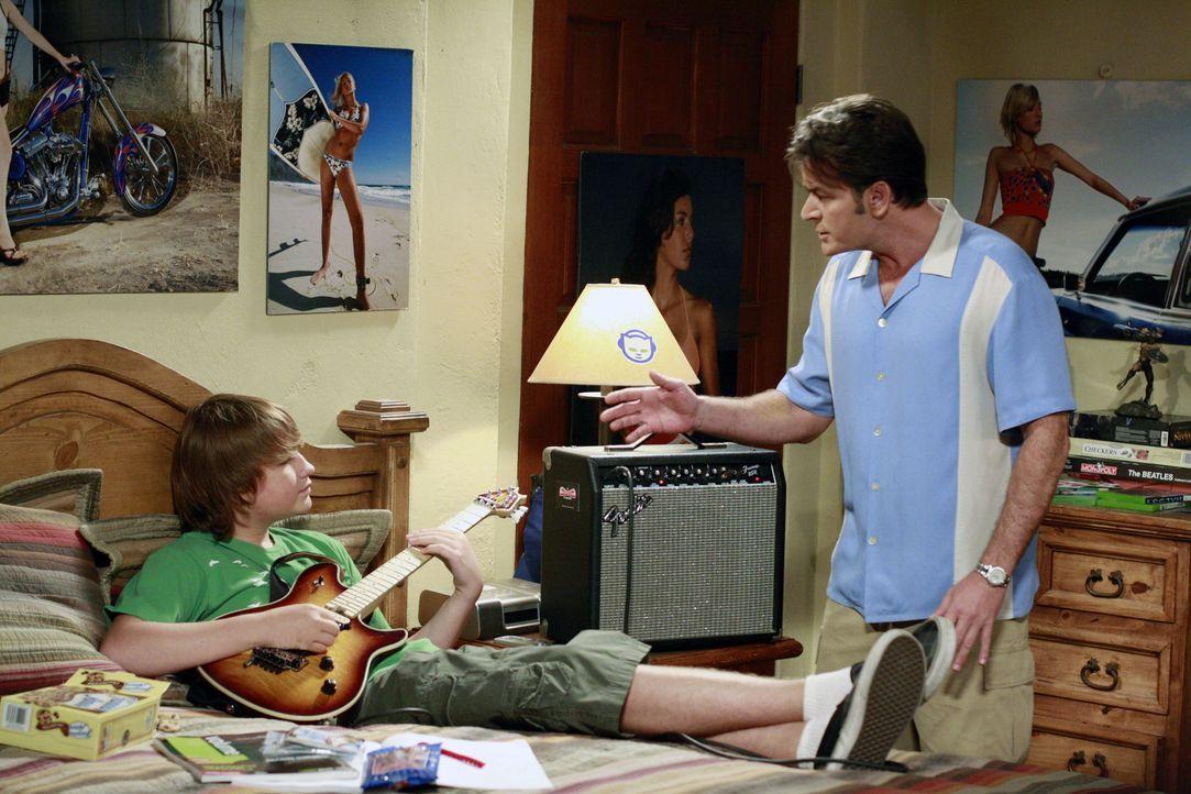 Jake (Angus T. Jones, l.) ist so unhöflich zu Charlies Verlobter Chelsea, dass Charlie (Charlie Sheen, r.) eingreift und von Jake verlangt, er soll... - Bildquelle: Warner Bros. Television