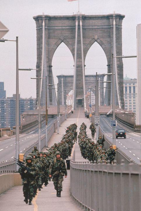 Mit eiserner Hand verhaftet das Militär alle arabischen Bürger und erreicht damit genau das Gegenteil vom dem, was geplant war ... - Bildquelle: 20th Century Fox International Television
