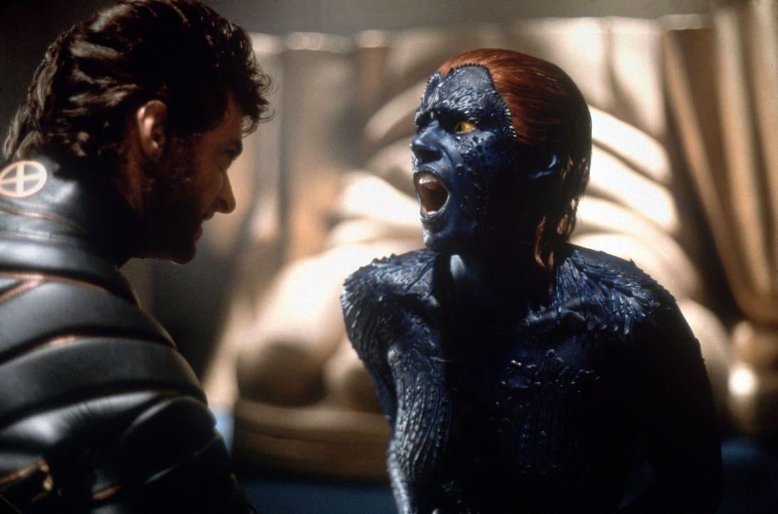 Wolverine (Hugh Jackman, l.) im Kampf gegen Mystique (Rebecca Romijn-Stamos, r.) ... - Bildquelle: 2000 Twentieth Century Fox Film Corporation. All rights reserved.