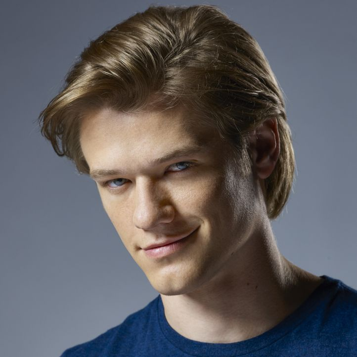 "(1. Staffel) - Wie wurde er zu dem begabten Bombenbastler, als der er später galt? Angus ""Mac"" MacGyver (Lucas Till) ist Spezialagent des ""Departmen... - Bildquelle: Brian Bowen Smith 2016 CBS Broadcasting, Inc. All Rights Reserved / Brian Bowen Smith"