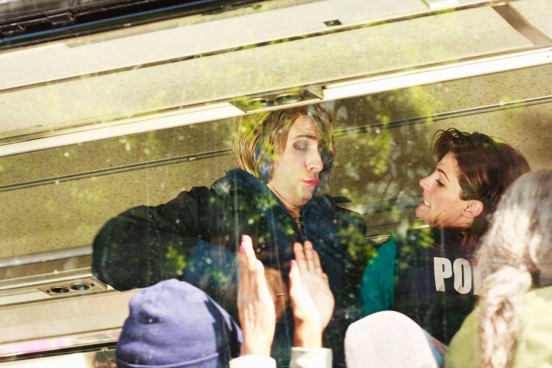 In einem Resiebus stellt Kate Beckett (Stana Katic, r.) den Stalker Franco Marquez (Bernardo de Paula, l.) und verhaftet ihn wegen Mordes an der Sän... - Bildquelle: ABC Studios