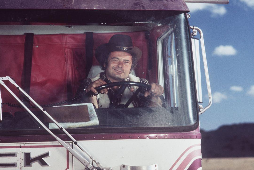 Für den lustigen Trucker 'Pig Pen' (Burt Young) gibt es nichts schöneres, als den Highway entlang zu brausen und die Freiheit zu genießen ... - Bildquelle: Neue Constantin Film