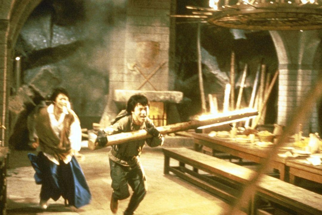 Fanatische Sektierer machen Laura (Rosamund Kwan, l.) und Jackie (Jackie Chan, r.) das Leben schwer ... - Bildquelle: Golden Harvest Company