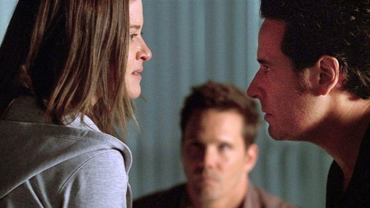 Wird es Don (Rob Morrow, r.) und Colby (Dylan Bruno, M.) gelingen, von der Gefangenen Piper (Sarah Drew, l.) den Aufenthaltsort von Amita und deren... - Bildquelle: Paramount Network Television