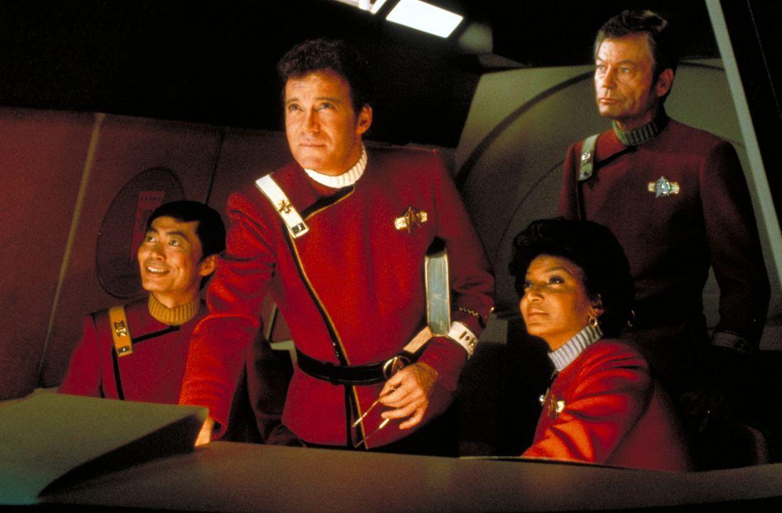 Die Inspektion der Enterprise ist vorüber und Adm. James T. Kirk (William Shatner, 2.v.l.) und sein Team Cmdr. Sulu (George Takei, l.), Cmdr. Uhura... - Bildquelle: Paramount Pictures