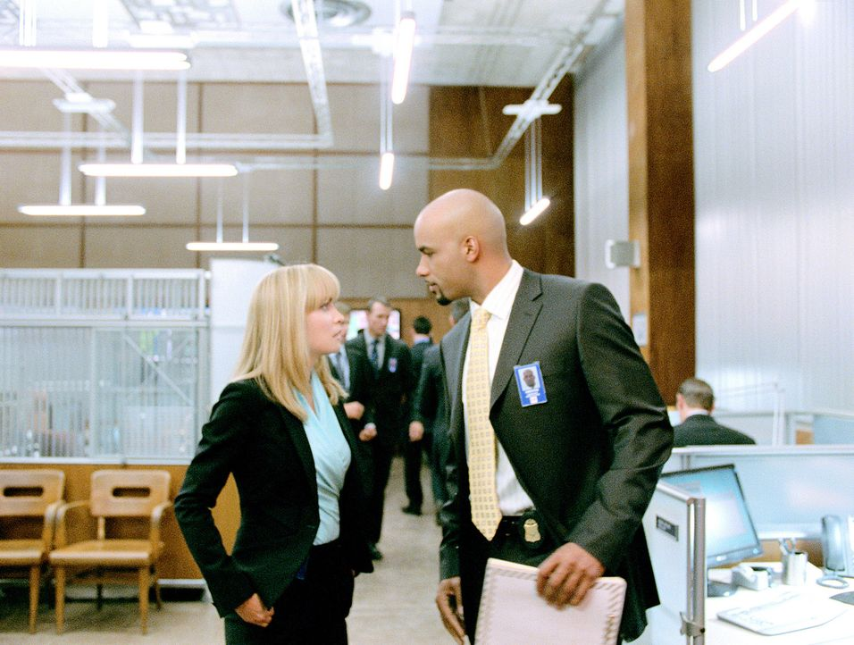 Der Surrogate von der FBI-Agentin Jennifer Peters (Radha Mitchell, l.) erfährt erst viel zu spät, dass Agent Andrew Stone (Boris Kodjoe, r.) kein Fr... - Bildquelle: Stephen Vaughan Touchstone Pictures.  All Rights Reserved