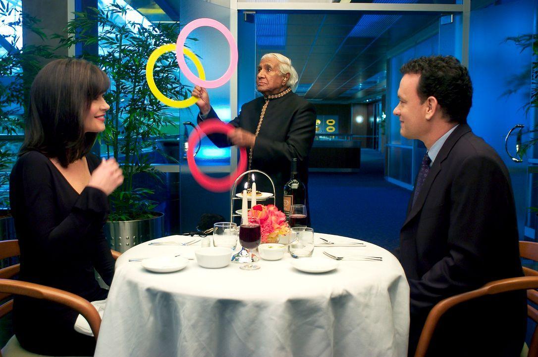 Während seiner Zeit, die er am Flughafen verbringen muss, beginnt Navorski (Tom Hanks, r.) Freundschaften mit dem Personal zu schließen, erweist sic... - Bildquelle: Merrick Morton DreamWorks Distribution LLC