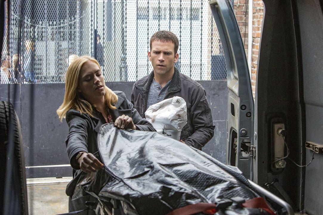 Untersuchen die Opfer des Verbrechens nach Hinweisen: Bishop (Emily Wickersham, l.) und Special Agent LaSalle (Lucas Black, r.) ... - Bildquelle: 2015 CBS Broadcasting, Inc. All Rights Reserved