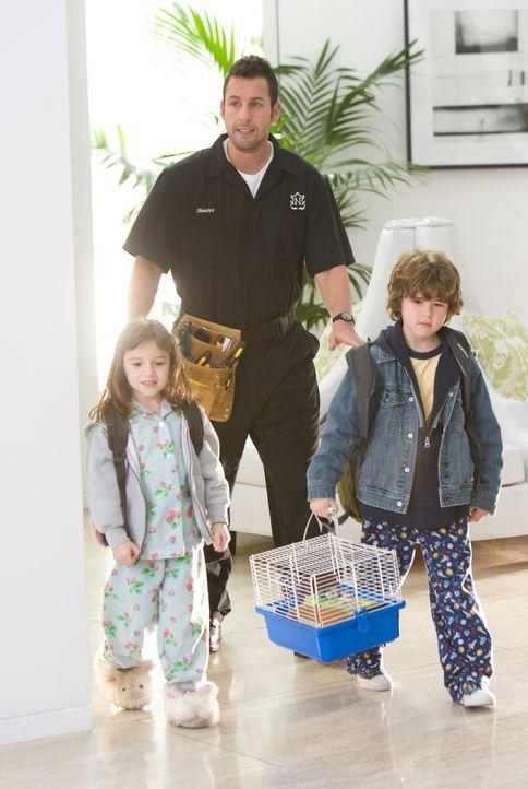 Hausmeister Skeeter (Adam Sandler, M.) ist alles andere als begeistert, als ihn seine Schwester Wendy bittet, auf ihre beiden Kinder Bobbi (Laura An... - Bildquelle: Disney