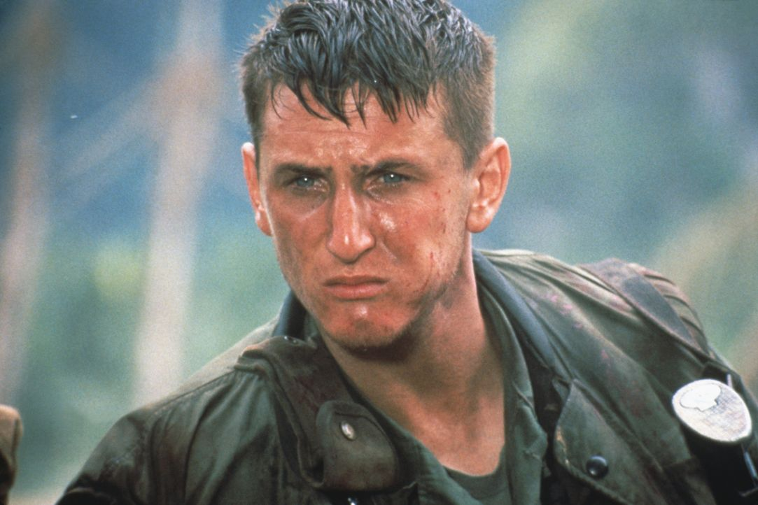 Bei Eriksons erstem Einsatz rettet Meserve (Sean Penn) ihm das Leben ... - Bildquelle: 1989 Columbia Pictures Industries, Inc. All Rights Reserved.