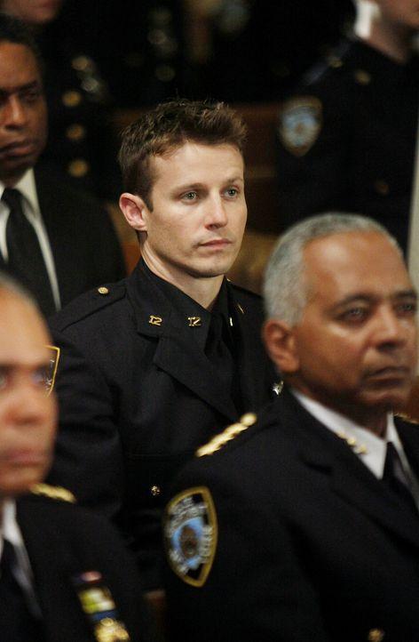 Bei einem Einsatz wird eine Polizistin erschossen. Jamie Reagan (Will Estes, M.) wird bewusst, dass der Job mehr Gefahren birgt, als er gedacht hat... - Bildquelle: 2010 CBS Broadcasting Inc. All Rights Reserved