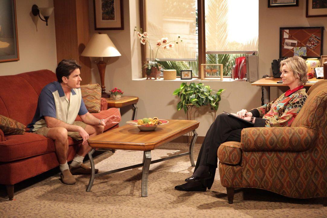 Charlie (Charlie Sheen, l.) sagt seiner Freundin Chelsea, dass er sie liebt. Er ist irritiert, als sie seine Worte nicht erwidert, sondern sich nur... - Bildquelle: Warner Brothers Entertainment Inc.