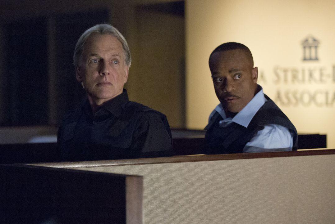 Vance (Rocky Carroll, l.) schließt sich mit Gibbs (Mark Harmon, r.) und dem restlichen Team zusammen und kehrt in den Außendienst zurück, um einen M... - Bildquelle: Monty Brinton CBS Television