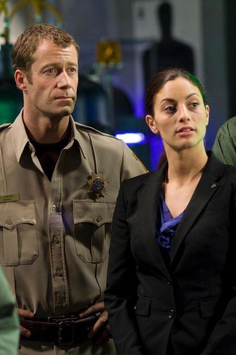 Carter (Colin Ferguson, l.) und Jo (Erica Cerra, r.) müssen gegen eine wutentbrannte Menge von GD-Mitarbeitern kämpfen ... - Bildquelle: Universal Television