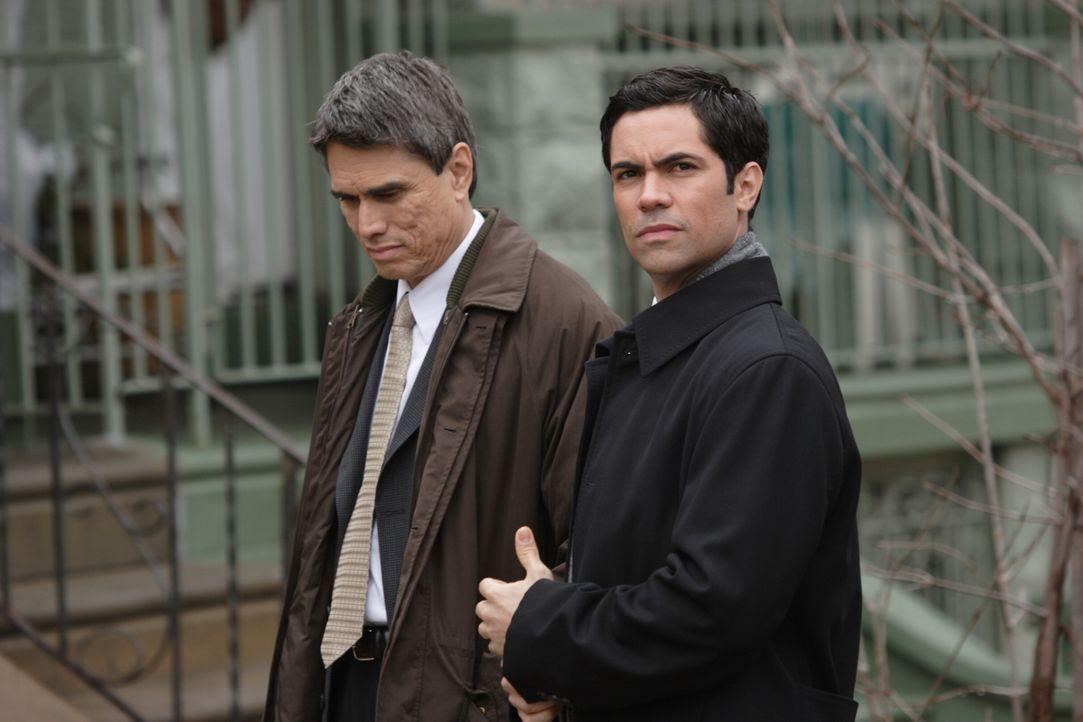 Bei seine Recherchen stößt Scott Valens (Danny Pino, r.) auf Manny Fernandez (Marco Rodriguez, l.) ... - Bildquelle: Warner Bros. Television