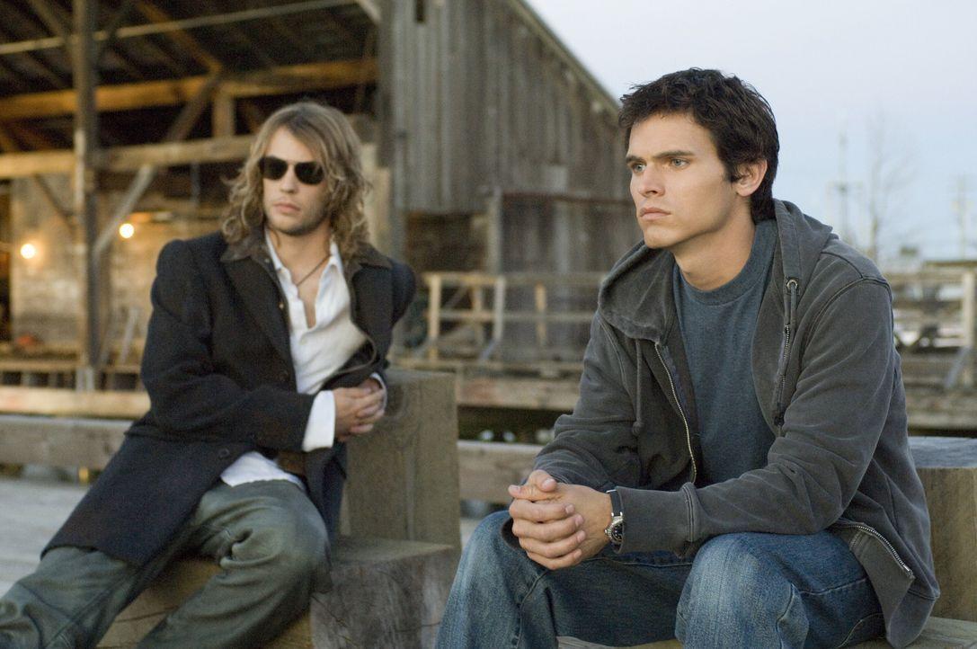 Als der Ex-Surfer-Star Chris Emerson (Tad Hilgenbrink, r.) überraschend auf sein früheres Idol Shane (Angus Sutherland, l.) trifft, lässt er sich... - Bildquelle: Warner Brothers
