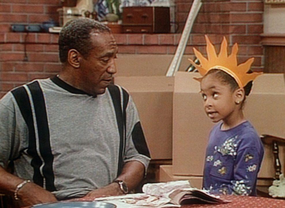 Olivia (Raven Symone, r.) bietet Cliff (Bill Cosby, l.) ihre Dienste als Wahrsagerin an. - Bildquelle: Viacom