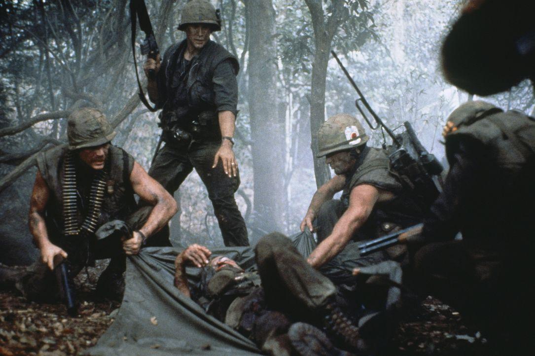 Lt. Jeff Knight (Michael Dudikoff, stehend) und seine Truppe inmitten der grünen Hölle Vietnams ... - Bildquelle: Cannon Film Distributors