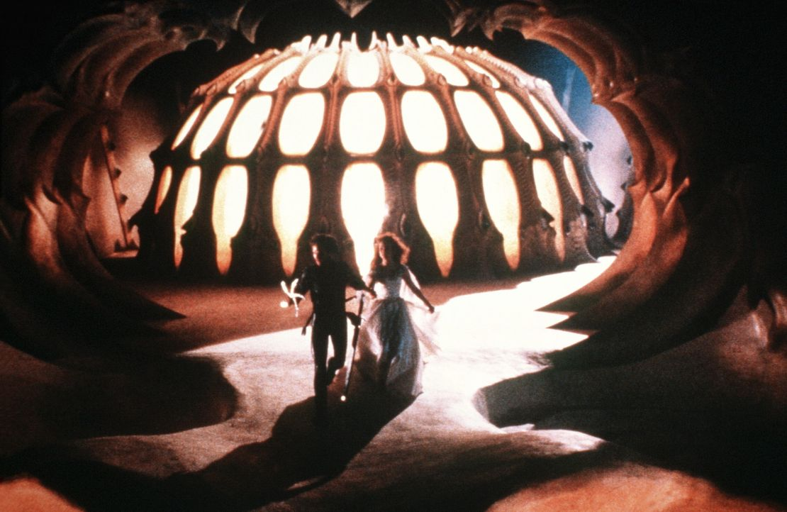Prinz Colwyn (Ken Marshall, l.) und Prinzessin Lyssa (Lysette Anthony, r.) müssen gegen ein unbeschreibliches Ungeheuer kämpfen ... - Bildquelle: Columbia Pictures