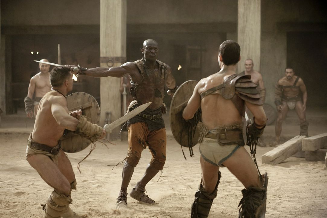 Drago (Peter Mensah, M.) ist der einzige Mann, der jemals einen Kampf gegen Theokoles überlebt hat. Nun bereitet er Spartacus (Andy Whitfield, r.)... - Bildquelle: 2010 Starz Entertainment, LLC